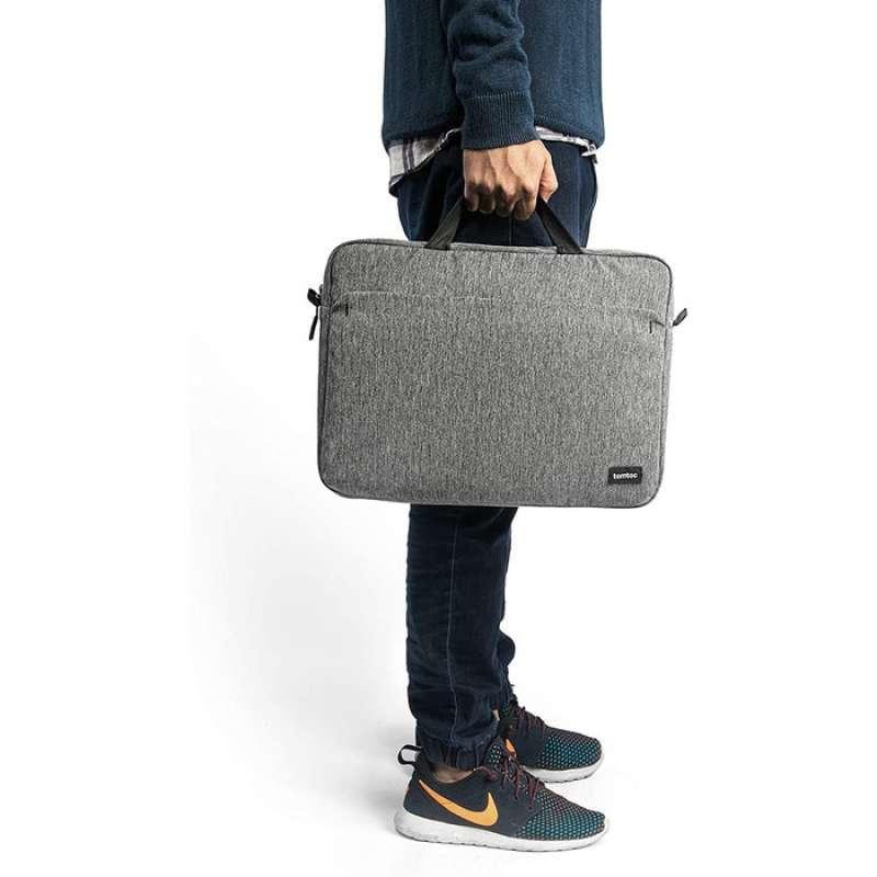 Sử dụng túi Tomtoc A51 làm túi xách tay