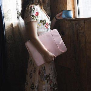Túi Tomtoc A13 màu hồng rất thích hợp với Phụ nữ